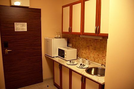 Six Inn Hotel apartment with kitchen and bathroom, close to the Western Railway Station, at discount price